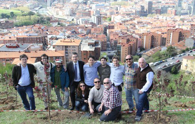 Personas participantes en la plantación de los árboles dentro de la estrategia de Place Branding Bilbao