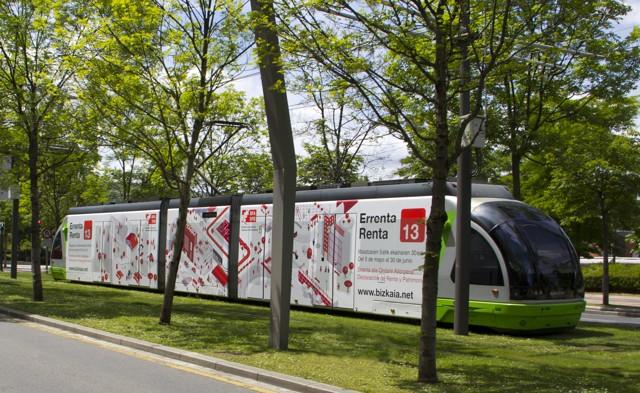 Imagen de la creatividad en el tranvía de Bilbao de la campaña de la Renta y Patrimonio de BFA-DFB 2013