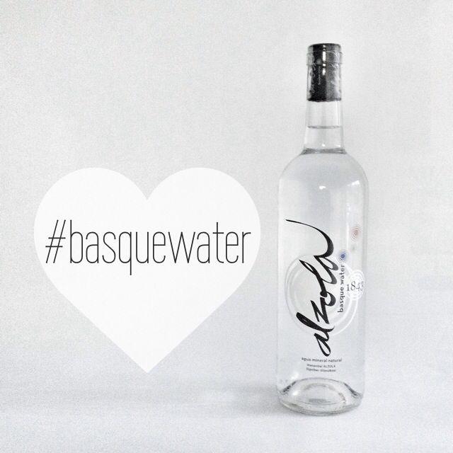 Aplicación en botella de cristal de la nueva marca de Alzola, basque water.